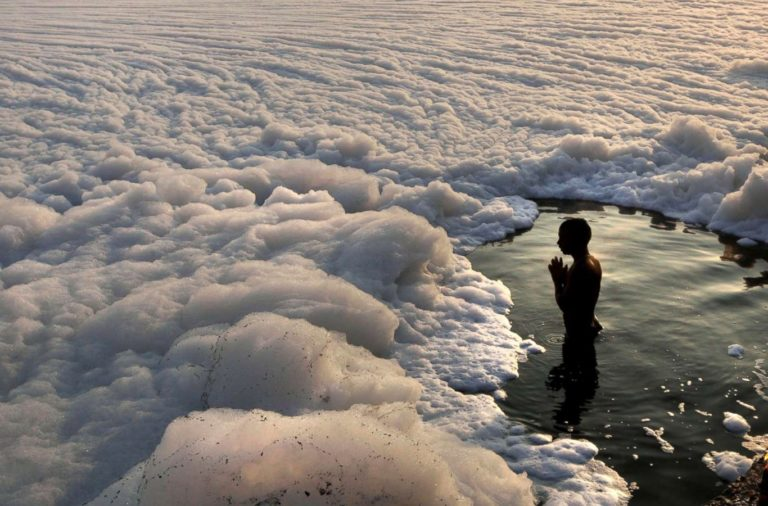 Toxic Foam Floats Over Indian River Yamuna Due To Air Pollution In National  Capital - Naagrik News